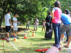 Instrutor Aníbal Forte orientou os alunso no Parque do Mindu (Foto: Sérgio Rodrigues/G1 AM)