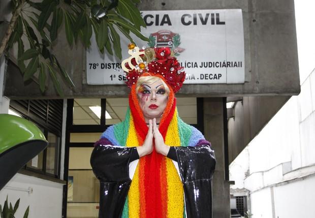 Tchaka, drag queen, na delegacia (Foto: Celso Tavares/EGO)