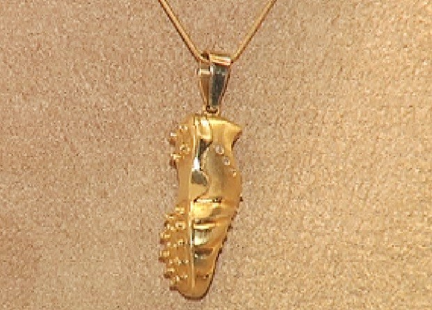 Chuteira de ouro é uma das peças da coleção inspirada na Copa (Foto: Reprodução / TV TEM)