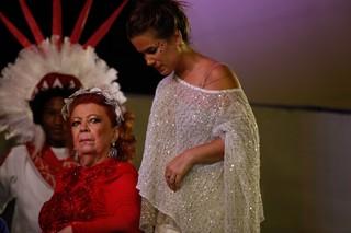 Beth Carvalho com a filha, Luana, na Marquês de Sapucaí (Foto: Anderson Barros / EGO)