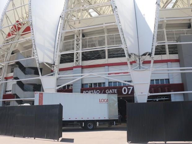 Caminhões começam a chegar com a estrutura para show dos Rolling Stones (Foto: Rafaella Fraga/G1)