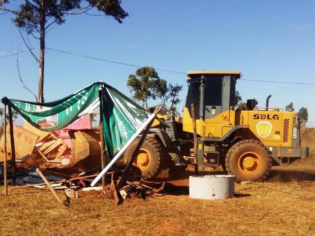 Máquinas derrubam barracos de área invadida próximo a Vicente Pires (Foto: Agefis/Divulgação)