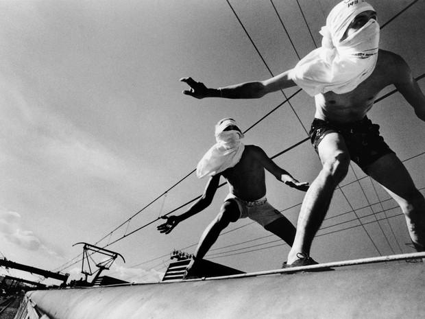 Foto de Rogério Reis, da série 'Surfistas de trem', do acervo da Maison Europénne de la Photographie (Foto: Divulgação/MAR)