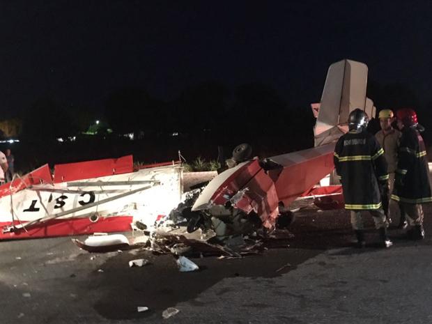Avião caiu na pista do aeroporto de Aragarças, em Goiás (Foto: Divulgação/Corpo de Bombeiros)