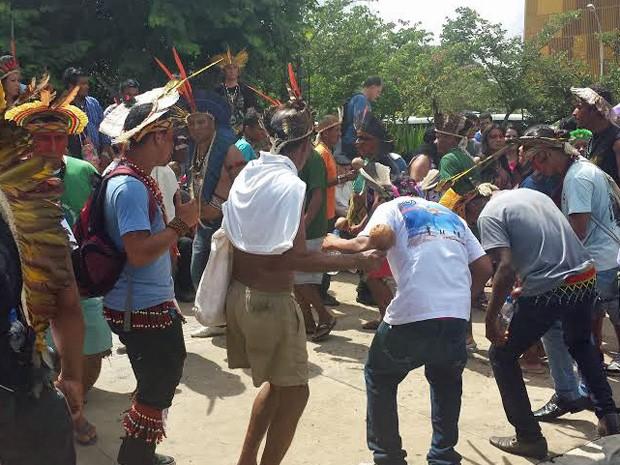 Grupo de índigenas reunido em frente ao Anexo 2 da Câmara dos Deputados (Foto: Isabella Formiga/G1)