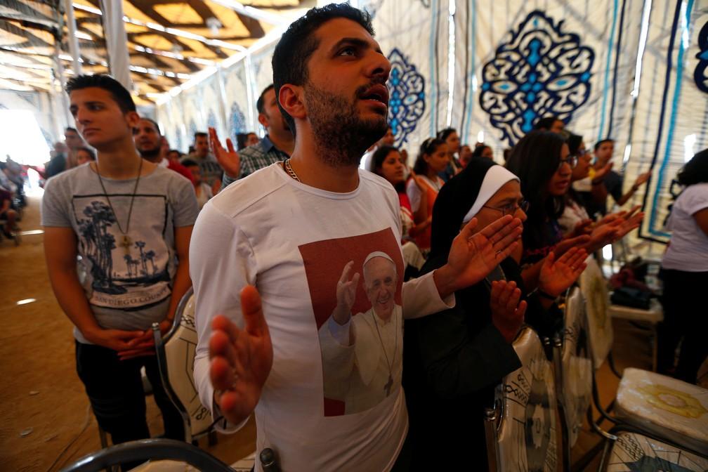 Fieis rezam em missa no Egito antes da chegada de Francisco (Foto: Amr Abdallah Dalsh/Reuters)