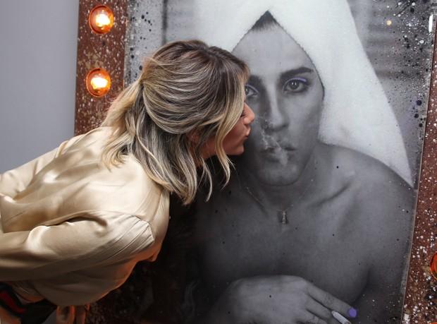 Giovanna Ewbank beija foto de Bruno Gagliasso como mulher (Foto: Thiago Duran/AgNews)