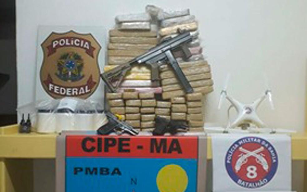 Submetralhadora e drogas foram apreendidas com suspeitos  (Foto: Divulgação / PM)