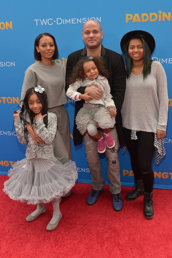 Mel B com o ex-marido e suas três filhas (Foto: Getty Images)