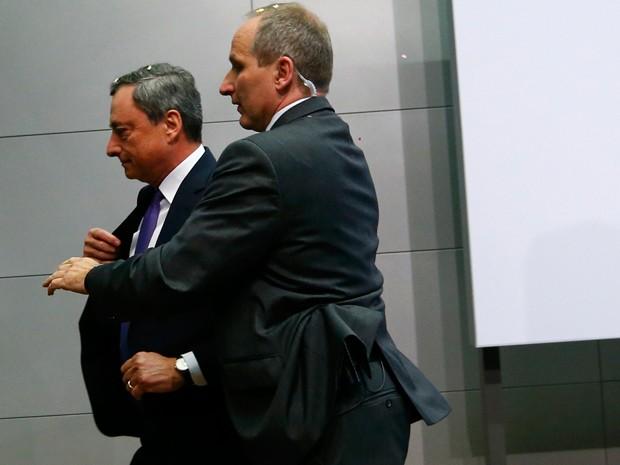 Draghi foi escoltado por seguranças até a saída (Foto: Reuters)