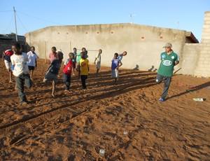 Ronaldo jardineiro do Palmeiras conversa com garotos em Moçambique (Foto: Arquivo Pessoal)