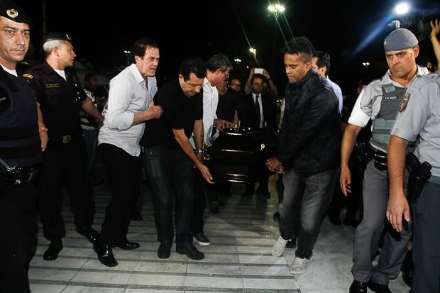 Caixão de Jair Rodrigues chega para velório (Foto: Amauri Nehn/Photo Rio News)
