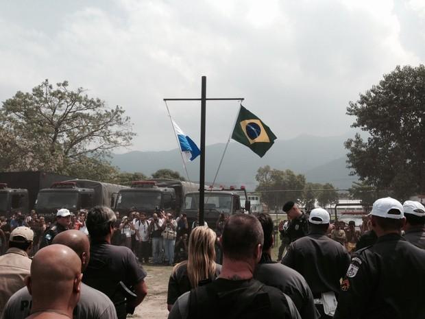 Polícia hasteia bandeiras na Vila Kennedy (Foto: Guilherme Brito/G1)