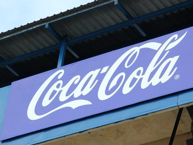 Marca azul da Coca-Cola está por toda a cidade; lata não foi fabricada em 2012 devido ao padrão para Olímpiadas (Foto: Frank Cunha/G1 AM)