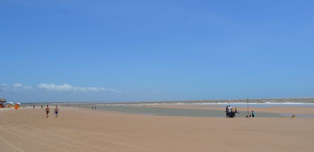 Valões que se formam entre a areia e o mar escondem perigo (Foto: Marina Fontenele/G1)