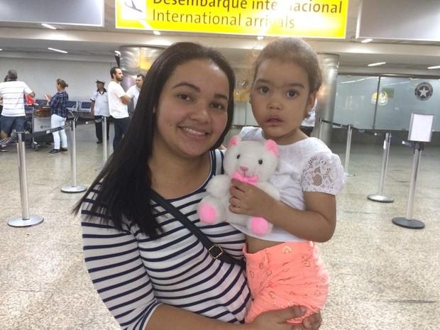 Melyssa e sua mãe ao chegar a São Paulo  (Foto: Gabriela Gonçalves/G1)