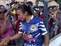 Na cidade de Chulapa, Marta participa de partida beneficente e agita a torcida