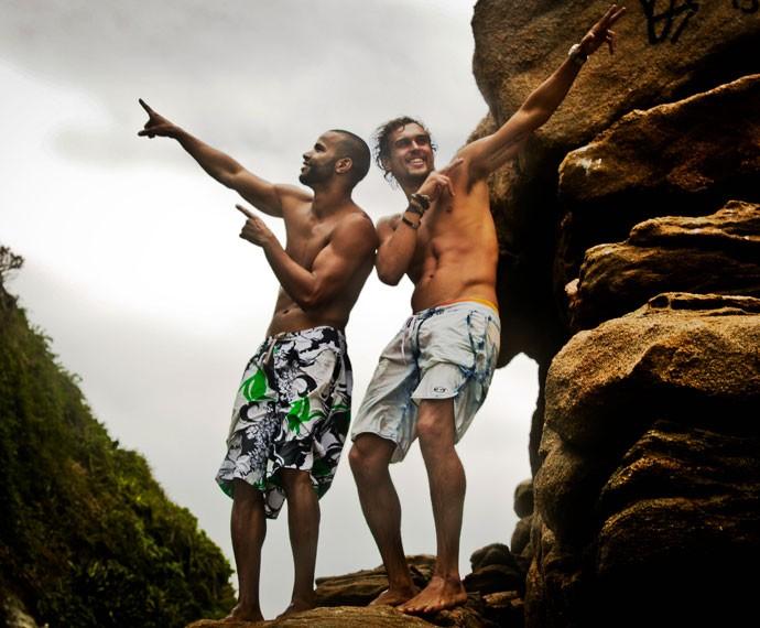 Os atores se divertem nas pedras das Ilhas Tijucas (Foto: Gabriel Nascimento / Gshow)
