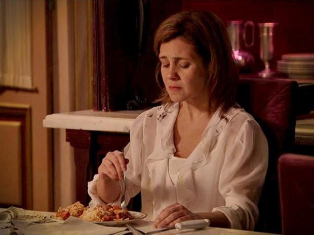 Quentinha? Acostumada com os pratos elaborados de Nina, Carminha faz cara feia para o macarrão com salsicha. Será que a megera vai encarar? (Foto: Avenida Brasil / TV Globo)