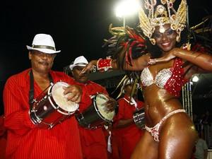 Bela samba em frente à bateria da Samba Puro (Foto: Evandro Oliveira/PMPA)