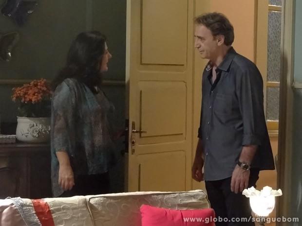 Odila recebe Plínio em sua casa, que busca notícias de Irene (Foto: Sangue Bom/ TV Globo)