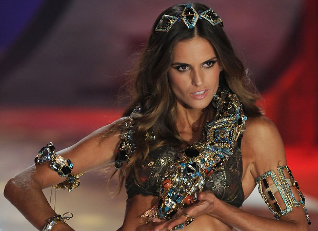 Izabel Goulart no desfile da Victoria's Secret (Foto: Getty Images)
