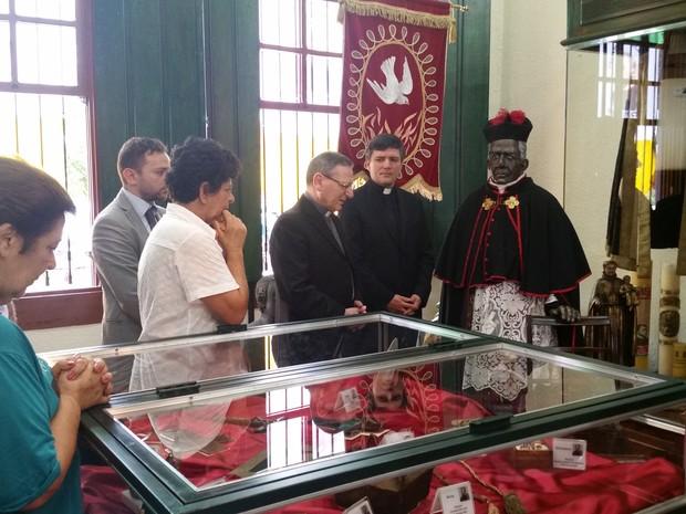 Cardeal Angelo Amato faz oração em frente a imagem de Padre Victor em Três Pontas (Foto: Régis Melo / G1)