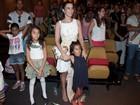 Claudia Ohana estreia musical com famosos na plateia