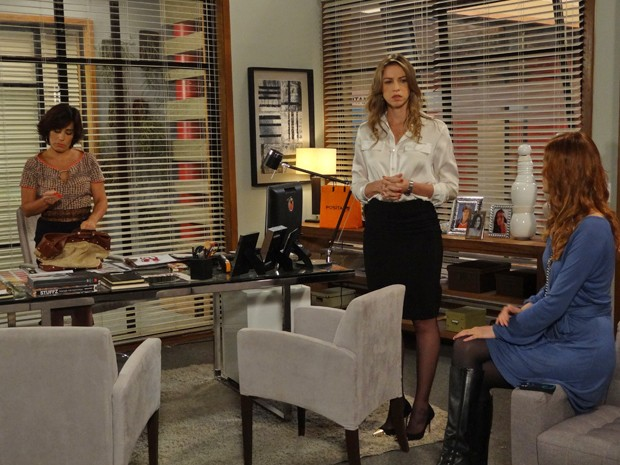 Vânia fica desconfiada com o interesse de Veruska na chave (Foto: Guerra dos Sexos/TV Globo)