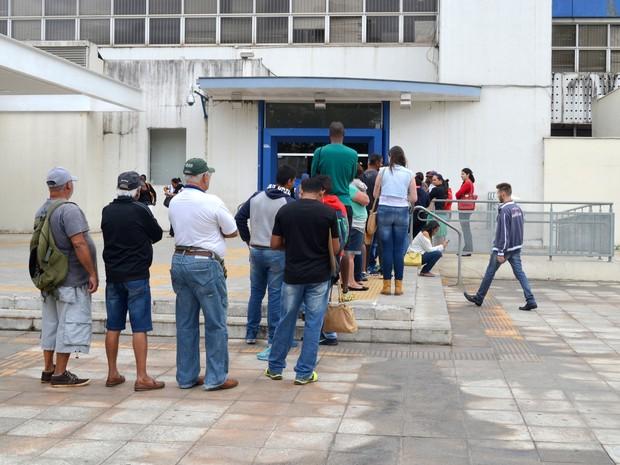 Agência Bancária com fila no centro de Piracicaba (Foto: Carol Giantomaso/G1)