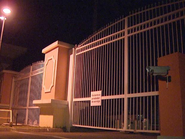 Condomínio de luxo foi assaltado na noite de quarta-feira em Louveira, SP (Foto: Pedro Santana/ EPTV)