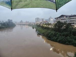 Em Blumenau, nível do rio Itajaí-Açu continua subindo, mas não deve ultrapassar 5m20 até a manhã deste sábado, segundo Defesa Civil (Foto: Jaime Batista da Silva/Divulgação)
