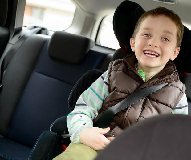Menino em assento no carro (Foto: Thinkstock)