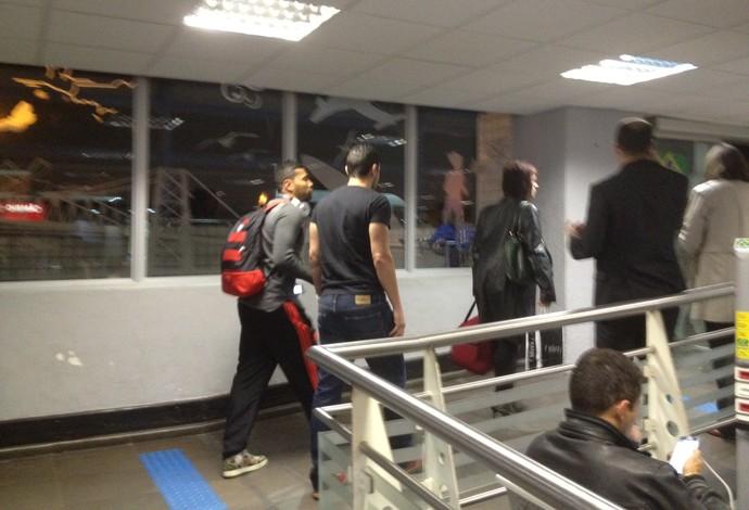 André Santos, do Flamengo, desembarca em Florianópolis (Foto: GloboEsporte.com)