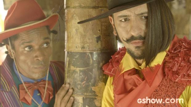 Sensível! O capanga desabafa com o amigo Rodapé (Foto: Meu Pedacinho de Chão/TV Globo)