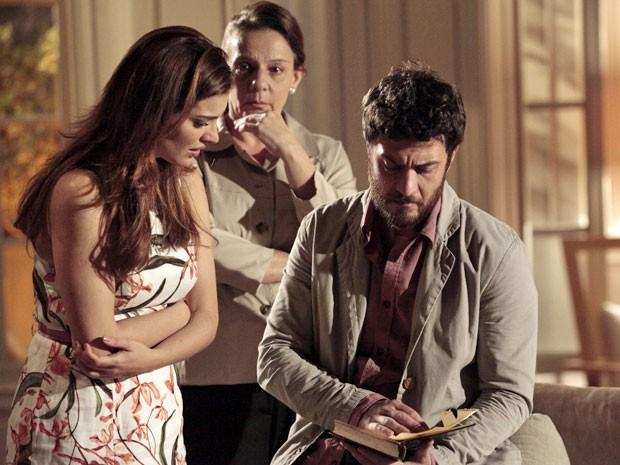 Rodrigo não acredita no que é dito por Angélica na carta (Foto: Amor Eterno Amor/TV Globo)
