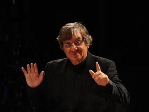 Maestro Rafael Garcia rege a Orquestra Virtuosi na sexta (18) (Foto: Divulgação)