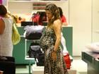 Prestes a dar à luz, Bárbara Borges passeia no shopping
