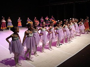 Oficina de dança para crianças no Teatro Vila Velha, Bahia (Foto: Divulgação/ Teatro Vila Velha)