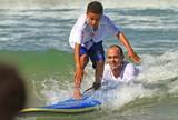 Victor Ribas vira professor e faz alegria das crian�as em competi��o de surfe