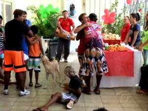 Moradores de rua ganham festa de natal (Foto: Reprodução/ TV Gazeta)