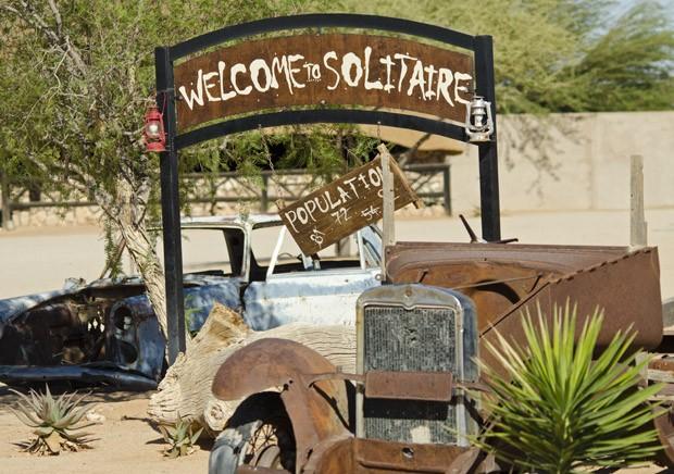 topo_O aviso de boas-vindas à Solitaire também anuncia a população de apenas 92 habitantes do vilarejo.  (Foto: Haroldo Castro / ÉPOCA)
