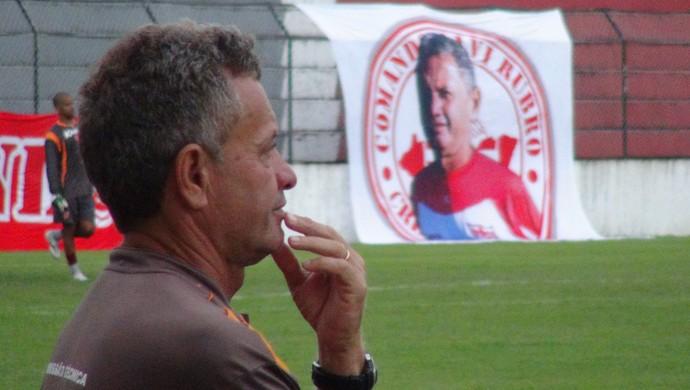 Bandeira Assis, massagista do CRB (Foto: Paulo Victor Malta/GloboEsporte.com)