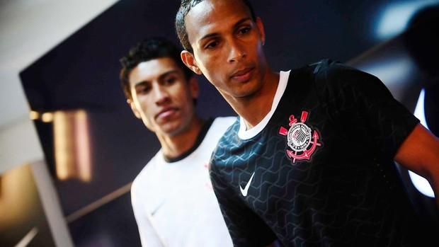 Paulinho e Liedson com nova camisa do corinthias. (Foto: Marcos Ribolli / Globoesporte.com)