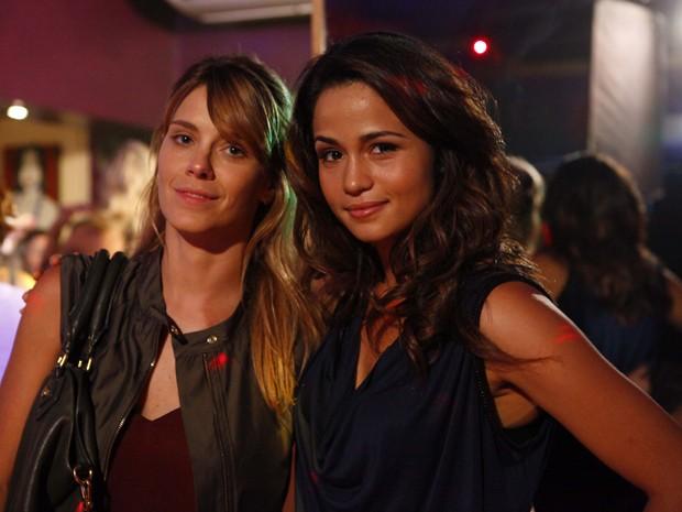Carolina Dieckmann e Nanda Costa passaram o dia gravando sem perder o bom humor (Foto: Salve Jorge/TV Globo)