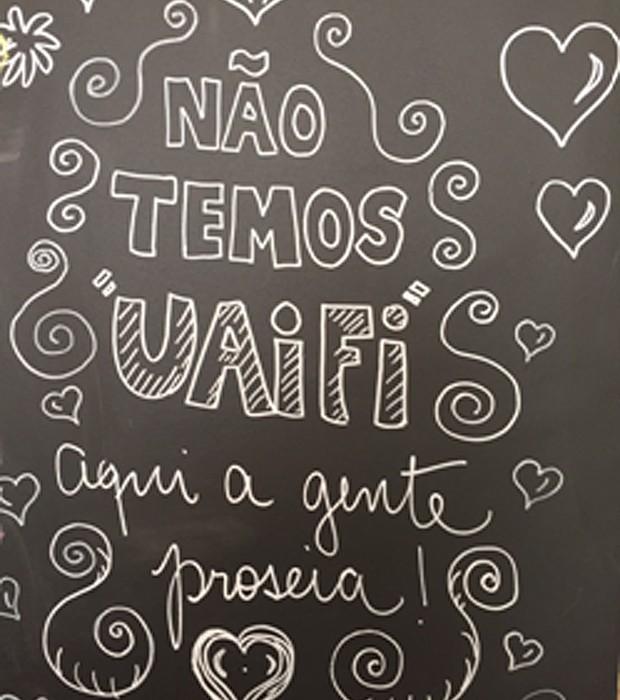 Placa na loja de quitutes mineiros Paozim, em São Paulo (Foto: Sergio Chaia/Editora Globo)