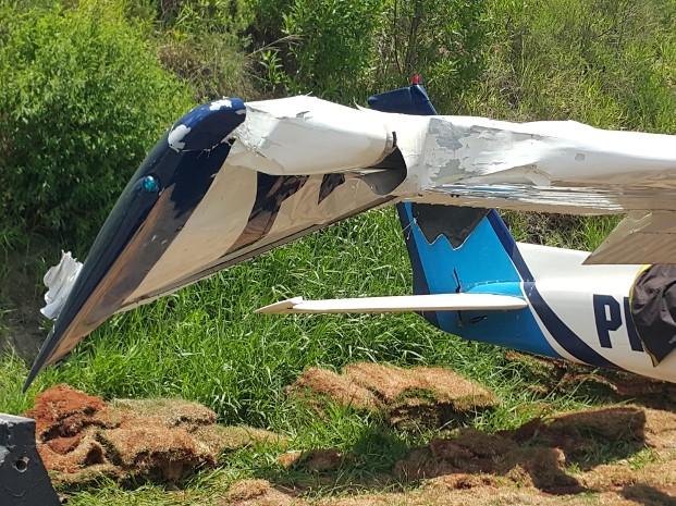 Asa direita do monomotor ficou bastante danificada (Foto: Sandro Zeppi/TV TEM)