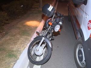 Moto atropelou pedestre na avenida Fernando Ferrari durante apagão em Vitória (Foto: Reprodução/ TV Gazeta)