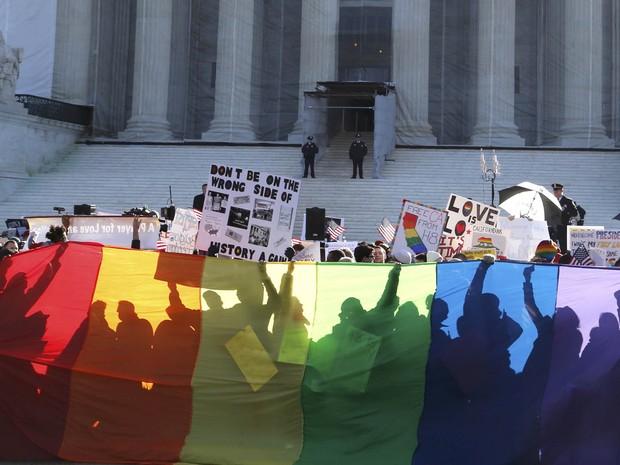 Ativistas pró-casamento gay fazem vigília diante do prédio da Suprema Corte dos EUA em Washington. (Foto: Jonathan Ernst/Reuters)