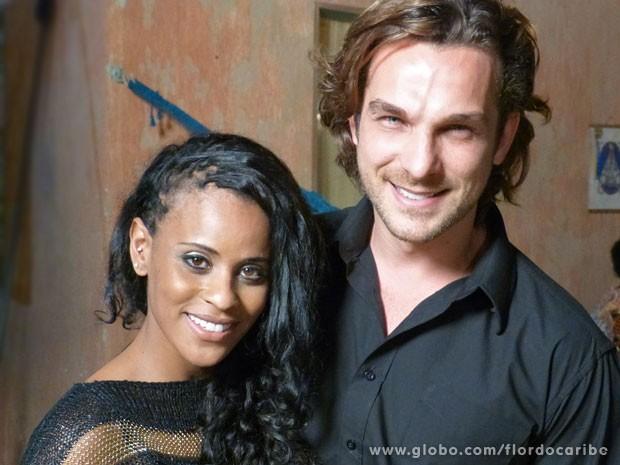 Aline acompanhou de pertinho as cenas do marido Igor Rickli (Foto: Flor do Caribe / TV Globo)